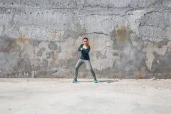 Κορίτσι ικανότητας στα αθλητικά ενδύματα στο υπόβαθρο τοίχων Στοκ εικόνα με δικαίωμα ελεύθερης χρήσης