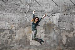 Κορίτσι ικανότητας στα αθλητικά ενδύματα στο υπόβαθρο τοίχων Στοκ Φωτογραφίες