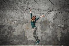 Κορίτσι ικανότητας στα αθλητικά ενδύματα στο υπόβαθρο τοίχων Στοκ Φωτογραφία