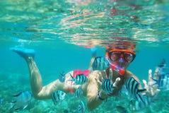 κορίτσι κάτω από το ύδωρ στοκ εικόνα