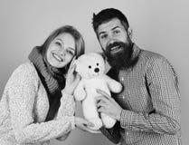 Κορίτσι και άτομο με το ευτυχές παιχνίδι προσώπων με το μαλακό παιχνίδι Στοκ φωτογραφία με δικαίωμα ελεύθερης χρήσης