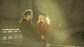 Κορίτσι και άτομο στη γέφυρα, χαριτωμένες σχέσεις Στοκ Φωτογραφία