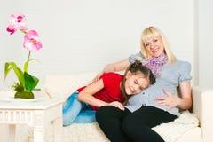 Κορίτσι και έγκυος γυναίκα Στοκ Φωτογραφίες