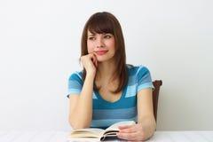 Κορίτσι και ένα βιβλίο στοκ φωτογραφία