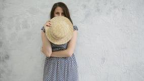 Κορίτσι και ένα καπέλο αχύρου απόθεμα βίντεο