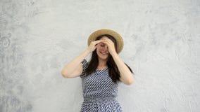 Κορίτσι και ένα καπέλο αχύρου φιλμ μικρού μήκους