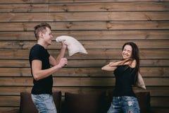 Κορίτσι και αγόρι που έχουν την πάλη μαξιλαριών Στοκ φωτογραφίες με δικαίωμα ελεύθερης χρήσης