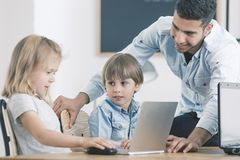 Κορίτσι και αγόρι που χρησιμοποιούν το lap-top Στοκ εικόνα με δικαίωμα ελεύθερης χρήσης
