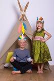 Κορίτσι και αγόρι στο στούντιο Ινδών κοστουμιών καρναβαλιού Στοκ Εικόνα