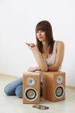 Κορίτσι και ακουστική δυναμική Στοκ Εικόνες