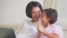 Κορίτσι και αυτή σε απευθείας σύνδεση αγορές μητέρων με το lap-top φιλμ μικρού μήκους