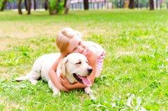 Κορίτσι και αυτή lablador Στοκ φωτογραφία με δικαίωμα ελεύθερης χρήσης