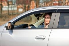 Κορίτσι και αυτοκίνητο στοκ εικόνα με δικαίωμα ελεύθερης χρήσης