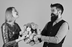 Κορίτσι και γενειοφόρο άτομο με το εύθυμο παιχνίδι προσώπων με τα παιχνίδια Στοκ εικόνες με δικαίωμα ελεύθερης χρήσης