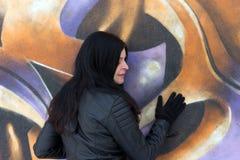 Κορίτσι και γκράφιτι Στοκ Φωτογραφίες