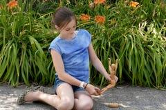 Κορίτσι και ενωμένη κούκλα Στοκ φωτογραφία με δικαίωμα ελεύθερης χρήσης