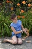 Κορίτσι και ενωμένη κούκλα Στοκ εικόνα με δικαίωμα ελεύθερης χρήσης