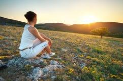 Κορίτσι και ηλιοβασίλεμα στο βουνό στοκ εικόνα με δικαίωμα ελεύθερης χρήσης