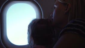 Κορίτσι και η μητέρα της που κοιτάζουν στο φωτιστικό φιλμ μικρού μήκους
