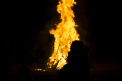 Κορίτσι και η φωτιά Στοκ Φωτογραφίες