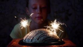 Κορίτσι και κέικ με τα πυροτεχνήματα φιλμ μικρού μήκους