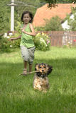 Κορίτσι και κουτάβι στοκ φωτογραφία με δικαίωμα ελεύθερης χρήσης