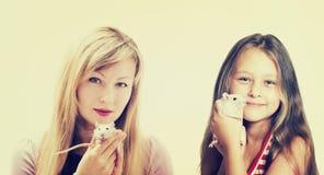 Κορίτσι και κουτάβι Στοκ εικόνες με δικαίωμα ελεύθερης χρήσης