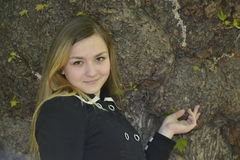 Κορίτσι και μεγάλο παλαιό δέντρο Στοκ Εικόνες