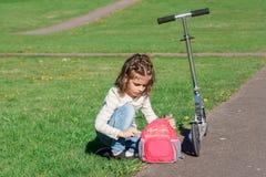 Κορίτσι και μηχανικό δίκυκλο Στοκ εικόνες με δικαίωμα ελεύθερης χρήσης