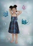 Κορίτσι και μικρά ψάρια Στοκ φωτογραφίες με δικαίωμα ελεύθερης χρήσης