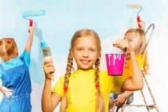 Κορίτσι και οι φίλοι της που χρωματίζουν τον τοίχο στοκ φωτογραφίες με δικαίωμα ελεύθερης χρήσης