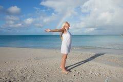 Κορίτσι και ουράνιο τόξο Στοκ εικόνα με δικαίωμα ελεύθερης χρήσης