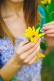 Κορίτσι και λουλούδι Στοκ εικόνα με δικαίωμα ελεύθερης χρήσης