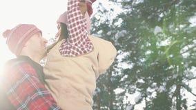 Κορίτσι και περιστροφή τύπων χειμερινό δασικό στενό σε επάνω ημέρας όπλων τους ηλιόλουστο φιλμ μικρού μήκους