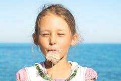 Κορίτσι και πικραλίδα Στοκ εικόνα με δικαίωμα ελεύθερης χρήσης