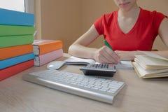 Κορίτσι και πληροφορίες γραψίματος έχει βρεί σε ένα μεγάλο βιβλίο στο σημειωματάριό της στοκ φωτογραφία με δικαίωμα ελεύθερης χρήσης
