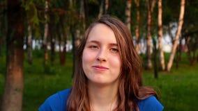 Κορίτσι και συναισθήματα, πορτρέτο πάρκο γέλιου, χαμόγελου και στενοχωρημένο των νέων κοριτσιών απόθεμα βίντεο