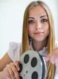 Κορίτσι και ταινία Στοκ εικόνες με δικαίωμα ελεύθερης χρήσης