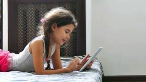 Κορίτσι και ταμπλέτα απόθεμα βίντεο