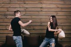 Κορίτσι και τύπος που έχουν την πάλη μαξιλαριών Στοκ Εικόνες