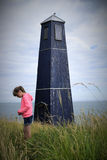 Κορίτσι και φάρος Στοκ φωτογραφία με δικαίωμα ελεύθερης χρήσης
