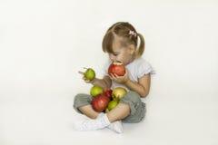 Κορίτσι και φρούτα. Στοκ Φωτογραφία