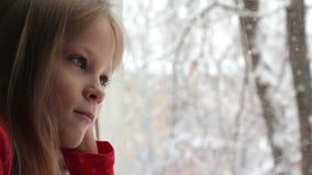 Κορίτσι και χιονοπτώσεις απόθεμα βίντεο