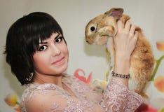 Κορίτσι και pygmy κουνέλι Στοκ Φωτογραφία