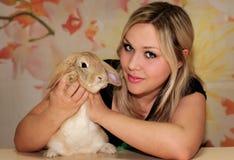 Κορίτσι και pygmy κουνέλι Στοκ φωτογραφία με δικαίωμα ελεύθερης χρήσης