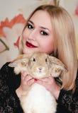 Κορίτσι και pygmy κουνέλι Στοκ Εικόνα