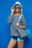 Κορίτσι - καπετάνιου στην προκλητική μπλούζα ναυτικών στοκ εικόνες