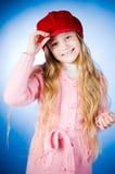 κορίτσι ΚΑΠ που κρατά λίγ&alph Στοκ Φωτογραφία