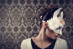Κορίτσι καρναβαλιού με την άσπρη μάσκα στοκ εικόνα
