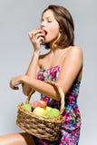 κορίτσι καρπού καλαθιών Στοκ εικόνες με δικαίωμα ελεύθερης χρήσης